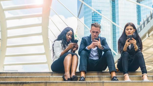 Gruppe von personenen-gebrauchstechnologie zusammen der smartphoneinternet-lebensstilgeneration