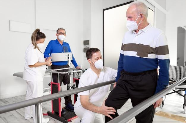Gruppe von physiotherapeuten, die im reha-zentrum arbeiten und patienten helfen.