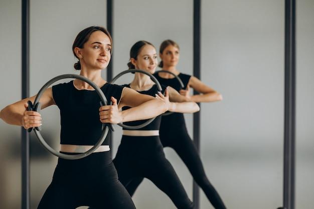 Gruppe von pilates-ausbildern, die an reformern trainieren