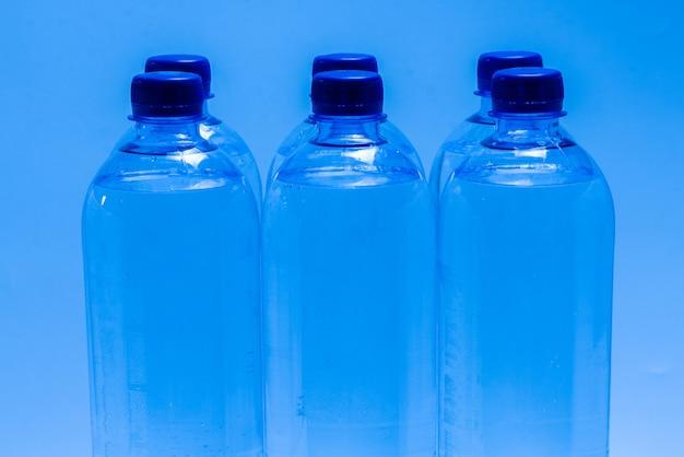Gruppe von plastikflaschen mit wasser