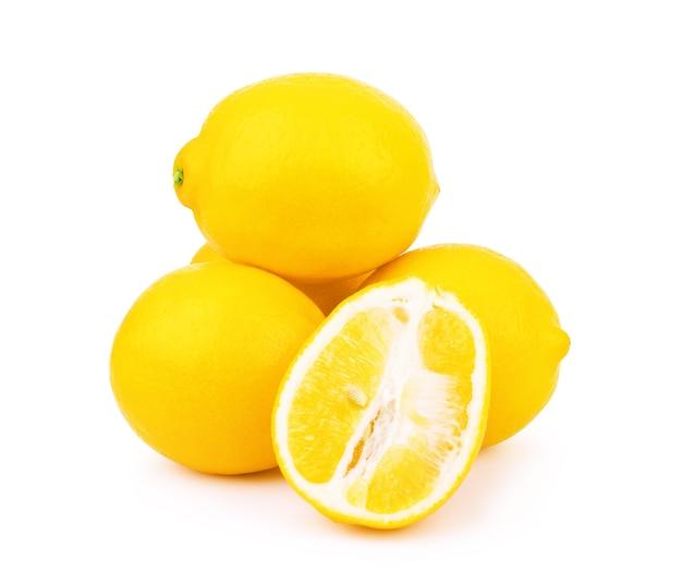 Gruppe von reifen ganzen gelben zitronenzitrusfrüchten mit zitronenfruchthälfte isoliert auf weißem hintergrund
