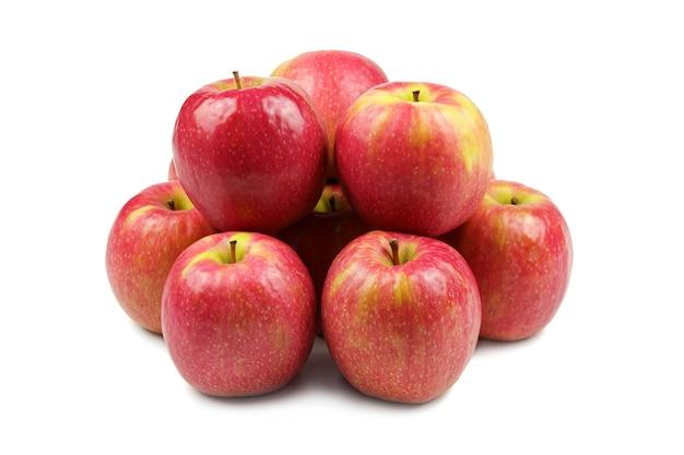 Gruppe von roten äpfeln isoliert auf weiß, die eine zusammengekauerte gruppe bilden