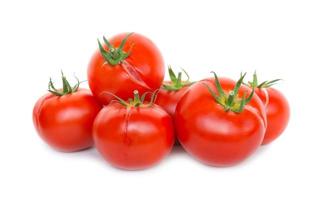 Gruppe von roten frischen tomaten isoliert auf weißem hintergrund