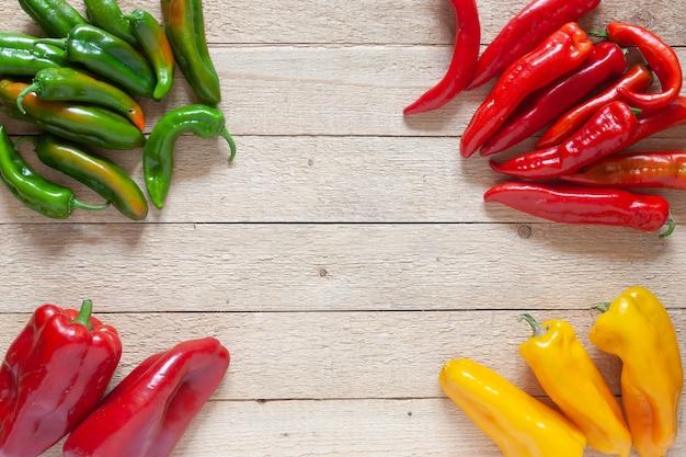 Gruppe von roten und grünen und gelben paprika