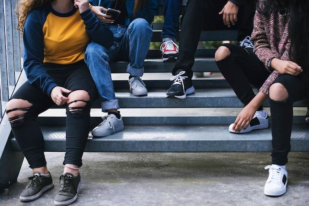 Gruppe von schulfreunden draußen lebensstil und nach dem schuletreffenkonzept