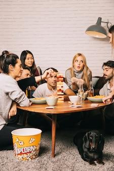 Gruppe von sechs freunden, die tabletopspiel spielen