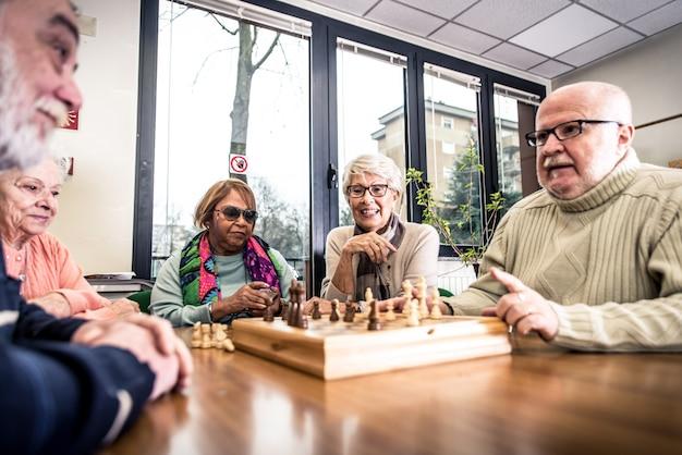 Gruppe von senioren, die aktivitäten innerhalb des hospizes machen