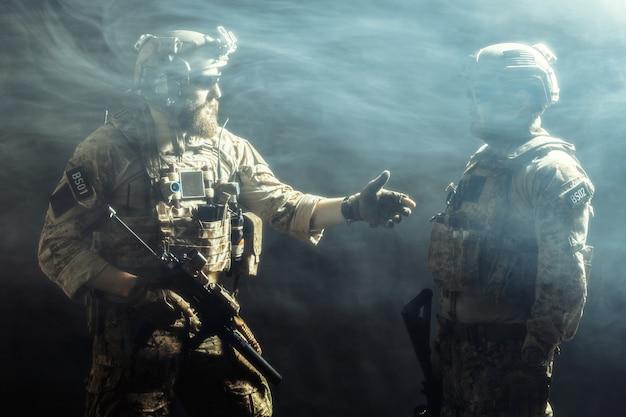 Gruppe von sicherheitskräften in kampfuniformen mit gewehren