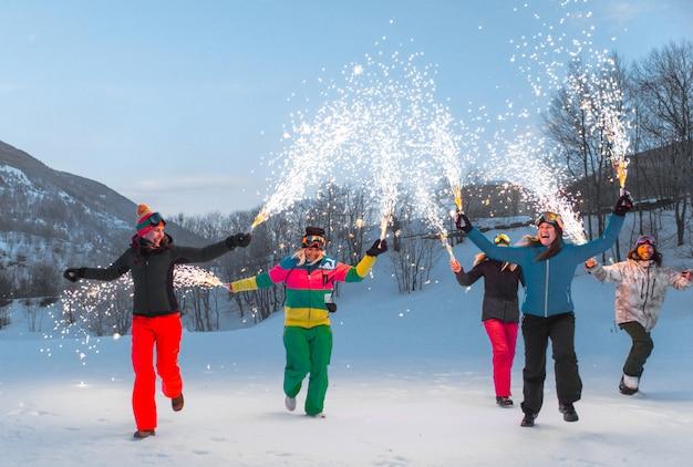 Gruppe von snowboardern im winterurlaub