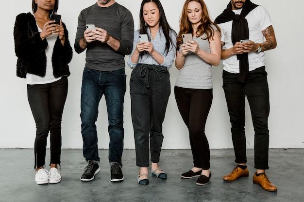 Gruppe von social-media-süchtigen menschen