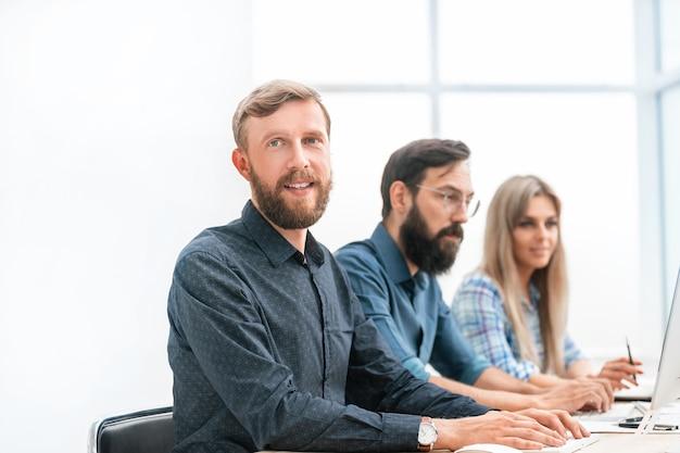 Gruppe von spezialisten für das headset, das an computern arbeitet