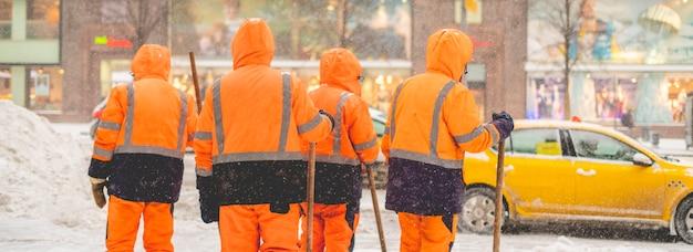 Gruppe von stadthausmeistern steht in verschneiter straße