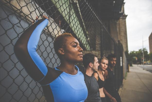 Gruppe von städtischen läufern, die auf der straße in new york city laufen, konzeptionelle reihe über sport und fitness