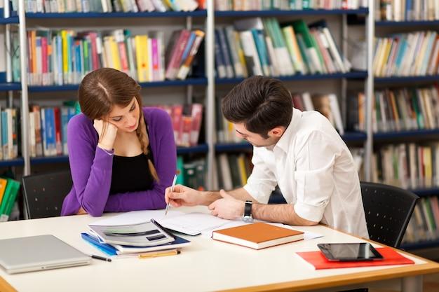 Gruppe von studenten bei der arbeit in einer bibliothek