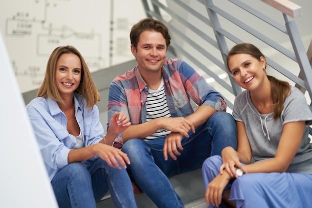 Gruppe von studenten, die sich auf dem campus entspannen