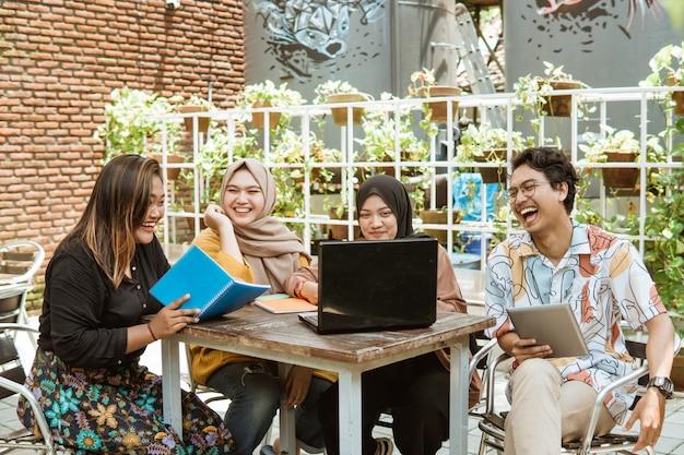 Gruppe von studenten, die zusammen lernen