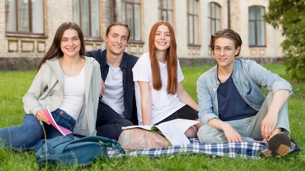 Gruppe von studenten glücklich, wieder an der universität zu sein