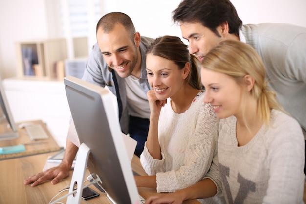Gruppe von studenten in der business school