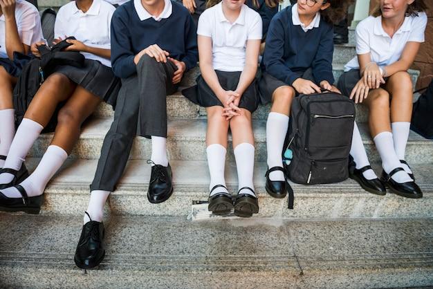 Gruppe von studenten in der reihe sitzen
