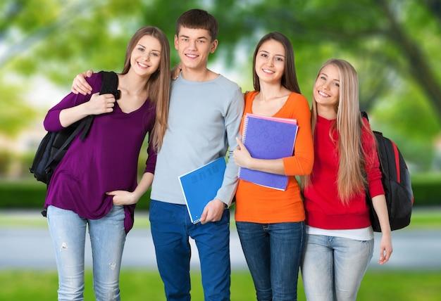 Gruppe von studenten mit büchern auf parkhintergrund isoliert