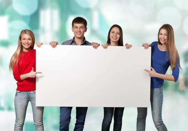Gruppe von studenten mit leerem schild auf weißem hintergrund