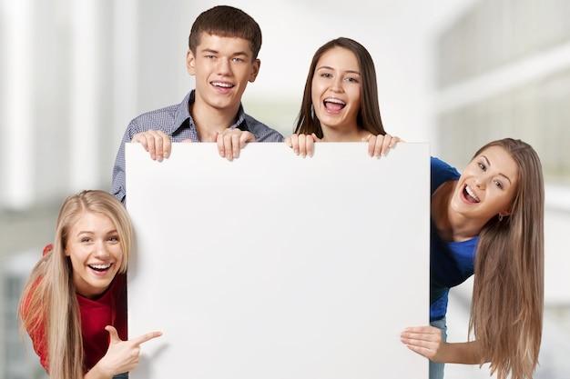 Gruppe von studenten mit leerem schild