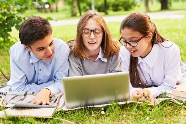 Gruppe von studenten mit schwerpunkt arbeit