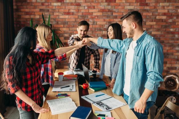 Gruppe von studenten oder junges geschäftsteam, teamarbeit. projektstart, zusammenarbeit der anhänger