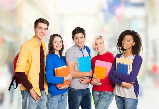 Gruppe von studenten über hintergrund isoliert