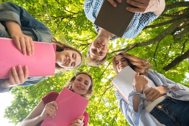 Gruppe von studenten von unten