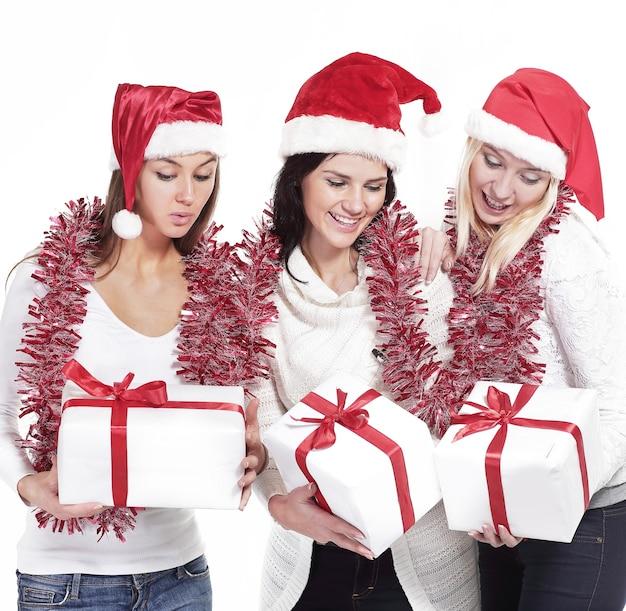 Gruppe von studentinnen im kostüm des weihnachtsmannes mit christm