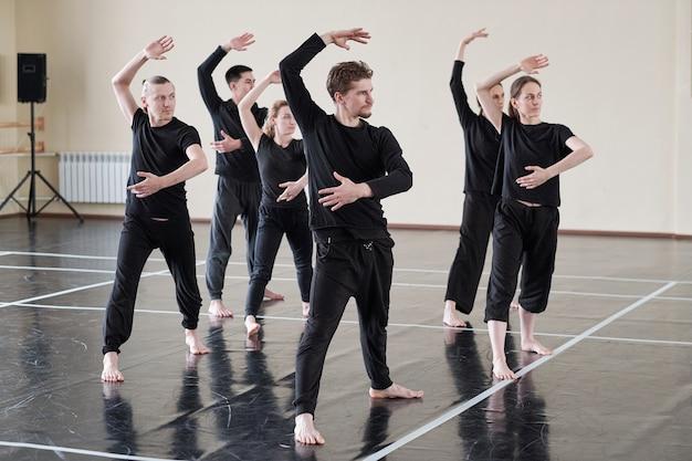 Gruppe von tänzern, die probe haben