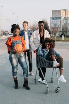 Gruppe von teenagern, die draußen aufwerfen