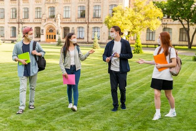 Gruppe von teenagern, die sicherheitsmaßnahmen respektieren
