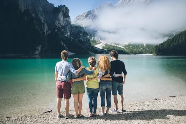 Gruppe von teenagern, die zeit am seestrand verbringen