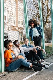 Gruppe von teenagern, die zusammen im freien aufwerfen