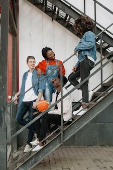 Gruppe von teenagern zusammen rumhängen