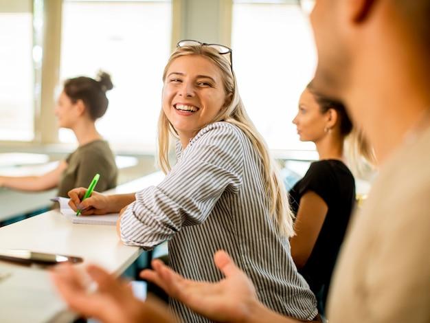 Gruppe von universitätslehrern im klassenzimmer