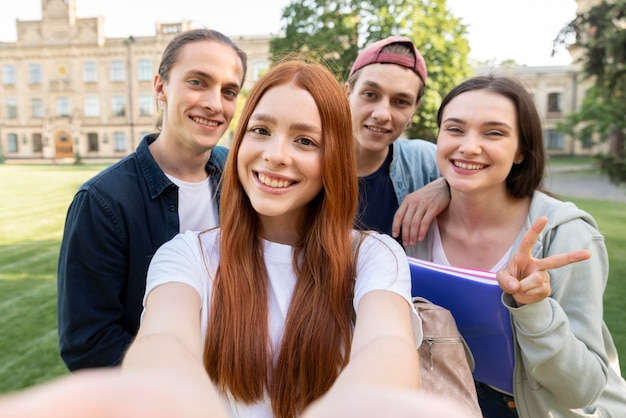 Gruppe von universitätsstudenten, die ein selfie machen