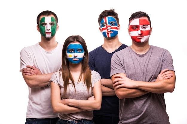 Gruppe von unterstützern der nationalmannschaftsfans argentiniens, kroatiens, islands, nigerias mit gemaltem gesicht lokalisiert auf weißem hintergrund
