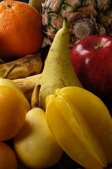 Gruppe von verschiedenen früchten