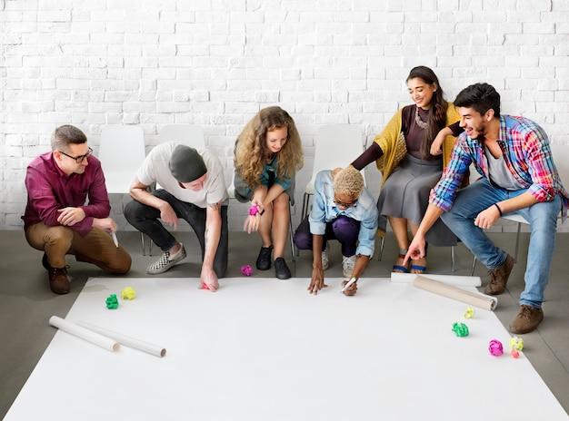 Gruppe von verschiedenen menschen brainstorming