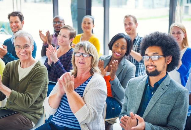 Gruppe von verschiedenen personen in einem seminar