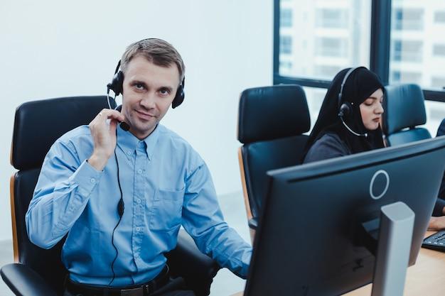 Gruppe von verschiedenen telemarketing-kundendienstmitarbeitern im call center.