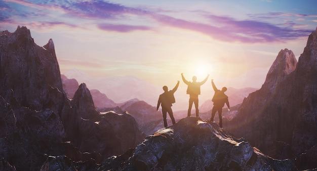 Gruppe von völkern, die auf berggipfel über sonnenaufgang stehen
