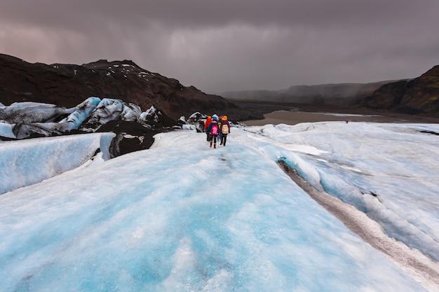 Gruppe von wanderer zu fuß auf dem gletscher am solheimajokull,