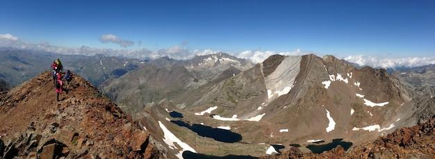 Gruppe von wanderern auf der spitze des berges