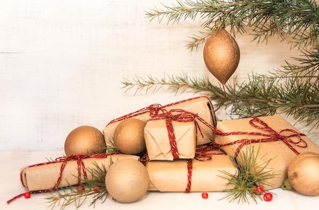 Gruppe von weihnachtsgeschenken auf rustikalem holz