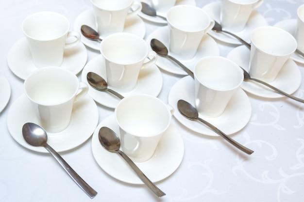 Gruppe von weißen leeren kaffeetassen