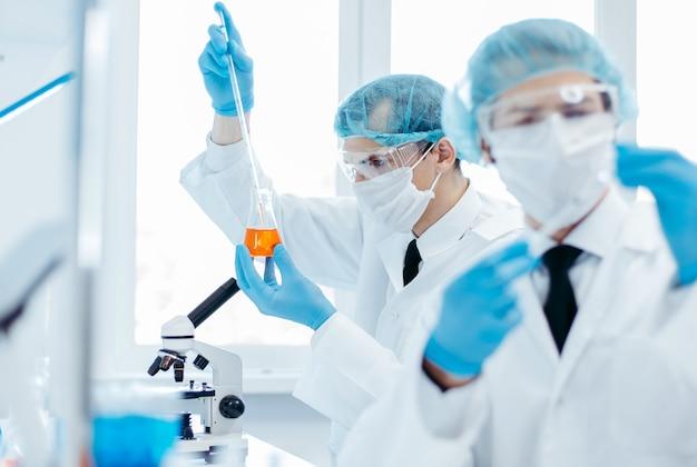 Gruppe von wissenschaftlern arbeiten in einem medizinischen labor